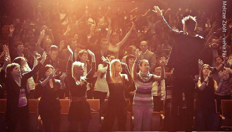 Vastag Csaba énekelteti a közönséget