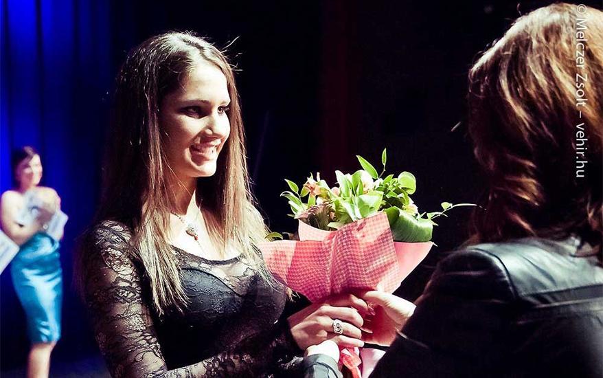 Rédei Viktória veszi át a különdíjat Varga Kattá-tól a Still szalon vezető stylistjától